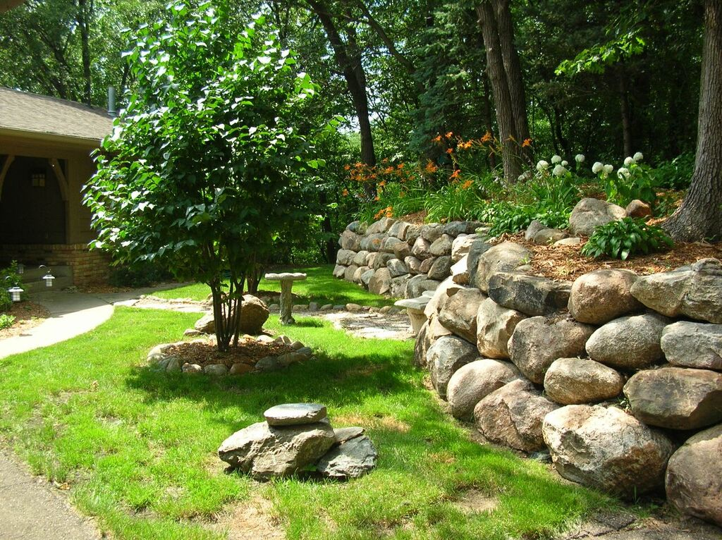Stone walls minneapolis landscaping minnesota landscape for Natural rock landscaping